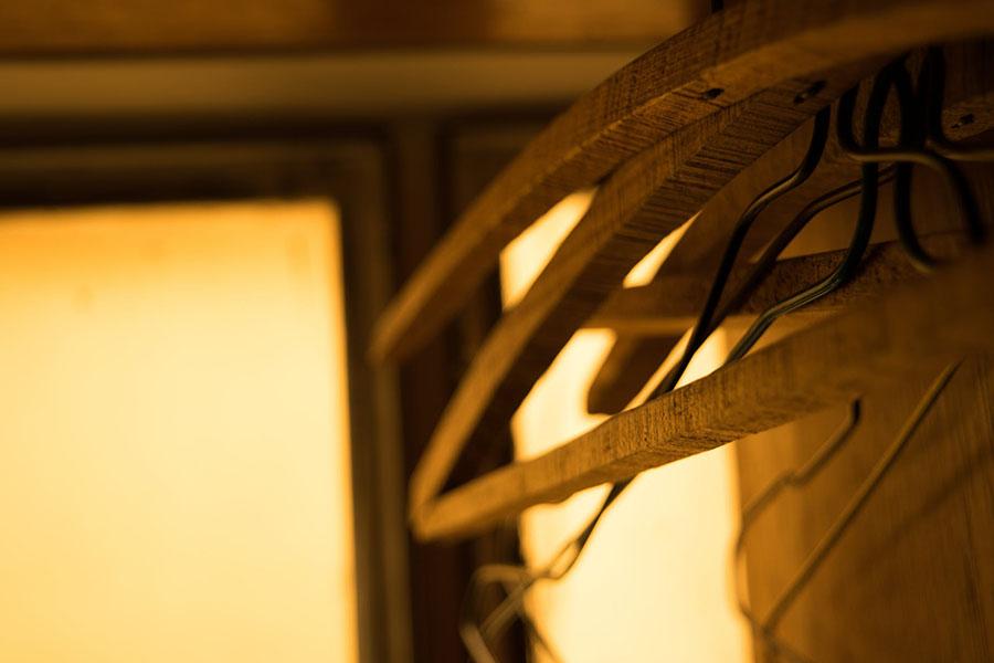 Penyangkut baju yang diperbuat daripada kayu